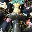 銅製キノコに座る女性像