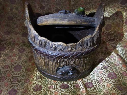 木製風の素焼き桶(茸装飾入り)